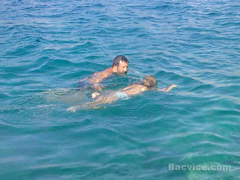 Goran i Rubi na Drveniku plivaju.