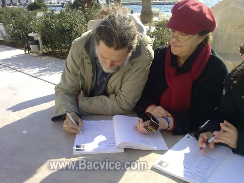 Vinko Gvozdanović potpisuje Referendum