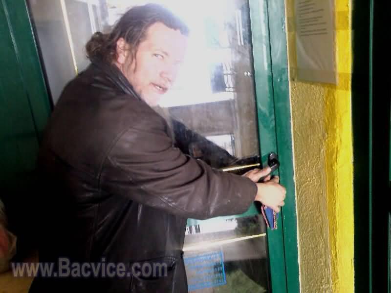 Vinko Gvozdanović stavlja ključ u bravu