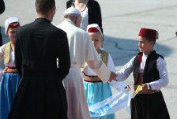 Papa Franjo iznenadio – mimo protokola zadržao se s djecom i rukovao se s osobljem zračne luke