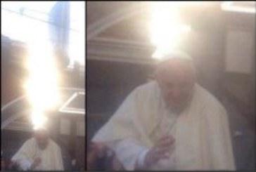 """Neobična svjetlost uzbudila vjernike: 'Ovo je dokaz da papu Franju čuva Bog"""""""