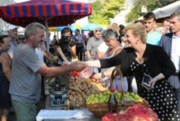 'MILI BOŽE MOJ, ŽIVNUO JE NAROD TVOJ' Predsjednicu u Splitu dočekali pjesmom, platila kavu, dobila jabuke, kupila smokve…