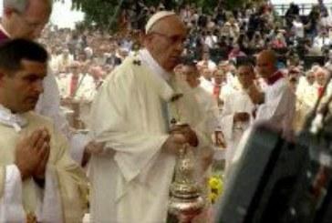 Papa Franjo doživio nezgodu na velikoj misi u Poljskoj